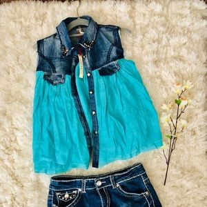 Tops - 🦋 NWT Cute Denim & Teal Colored Top 🦋